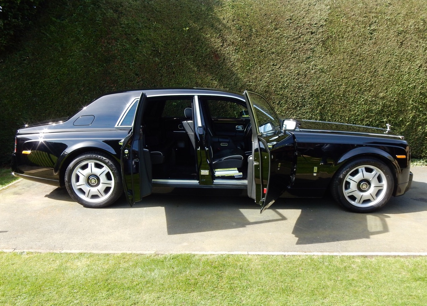Rolls-Royce-Phantom-black